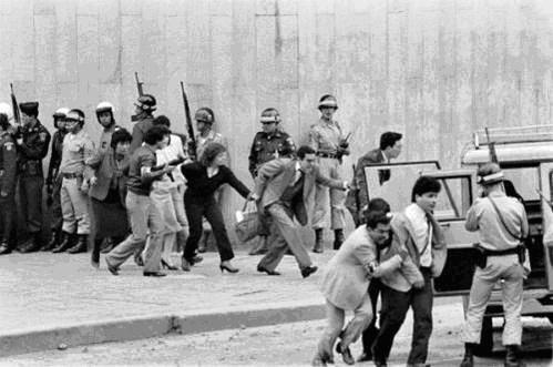 Imágenes de prensa dan testimonio de que varios de los desaparecidos fueron evacuados del Palacio con vida