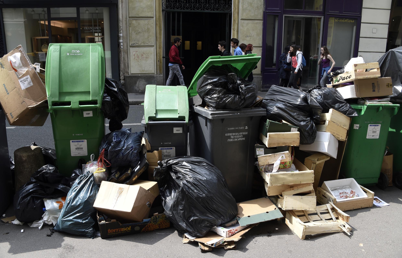 Greve dos lixeiros no centro de Paris, rue des Petits Champs.