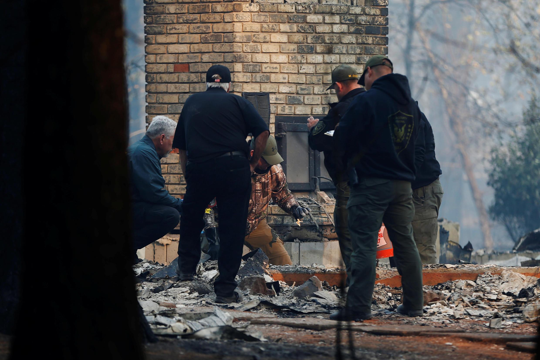 Autoridades de Yuba and Butte County Sheriff encuentran restos calcinados de una víctima, las llamas arrasaron con todo, sólo la chimenea de la casa quedó en pie, Paradise, California, 10 de noviembre 2018.