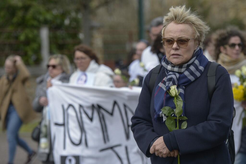 Мюриель Робен во время манифестации в память Жюли Дуб, погибшей от руки бывшего мужа