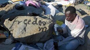 Imigrantes chegam pelo mar Mediterrâneo à Europa em embarcações perigosas.