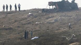Equipes de resgate no local da explosão, em Chipre.