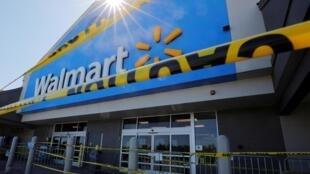 Milango ya duka lililofungwa kwa muda la Walmart, ambapo wafanyakazi kadhaa walipimwa na kupatikana na virusi vya ugonjwa wa Covid-19 huko Quincy, Massachusetts, Marekani, Mei 5, 2020.