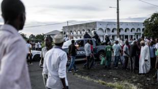 Personnes rassemblées devant l'Assemblée nationale des Comores à Moroni, le 24 février 2015. (Photo d'illustration)