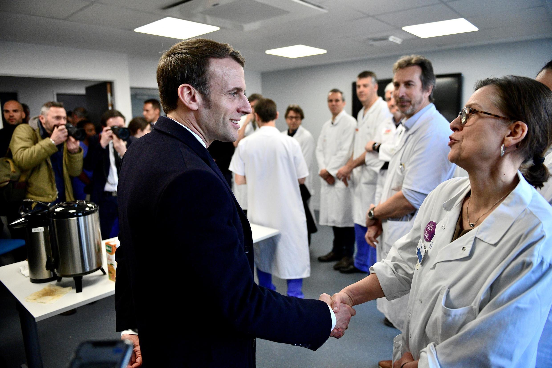 O presidente francês, Emmanuel Macron, visitou o hospital Pitié-Salpêtrière na manhã desta quinta-feira (27).