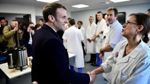 Presidente Macron, faz visita supresa ao hospital parisiense Pitié-Salpêtrière onde foi criticado por enfermeiras