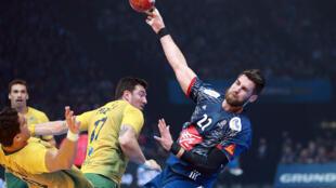 Lance do jogo de abertura do Mundial de handebol entre França e Brasil.