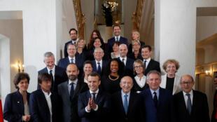 Le président de la République Emmanuel Macron et son gouvernement posent à l'Elysée à l'occasion de leur premier Conseil des ministres.