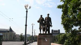 Les statues du Pont vert à Vilnius, objet de polémiques.
