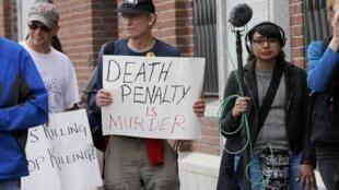 Nhiều người biểu tình chống án tử hình trước cửa tòa án Boston, trước khi tòa ra phán quyết, 15/05/2015.