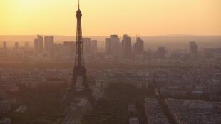 A poluição parisiense na região empresarial de La Défense.