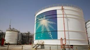 Un réservoir de pétrole d'Aramco sur le site de production du champ pétrolifère Shaybah de Saudi Aramco, dans le quartier vide, en Arabie saoudite le 22 mai 2018.
