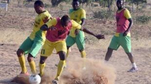 'Yan wasan kungiyar kwallon kafa ta El Kanemi Warriors yayin da suke atasaye a birnin Maiduguri. 2 ga watan Fabarairu, 2016.