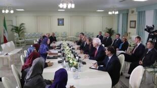 """دیدار هیأت عالیرتبه سنای آمریکا با مریم رجوی رهبر سازمان مجاهدین خلق ایران و چند تن از اعضای این سازمان در تیرانا  """"تیرانا"""" پایتخت آلبانی. شنبه ۲۱ مرداد/ ۱٢ اوت ٢٠۱٧"""