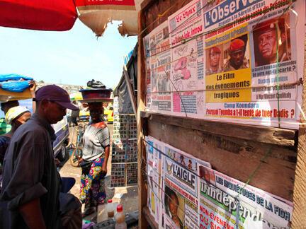 Journaux guinéens au marché de Medina à Conakry.