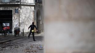 Un homme joue avec un ballon dans les rues vides de Nantes, dans l'ouest de la France.