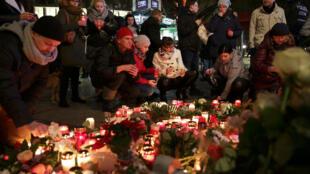 Nến thắp tại chợ Giáng Sinh Breitscheidplatz, để tưởng niệm 12 nạn nhân, Berlin, 20/12/2016.