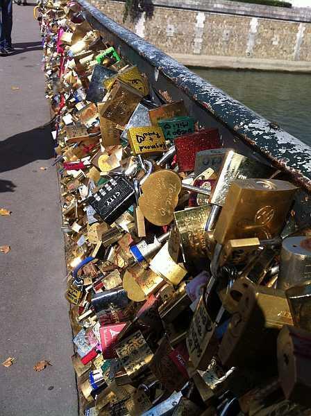 """El puente de L'Archêveché, cerca de Notre-Dame, también """"sucumbe"""" a la moda."""