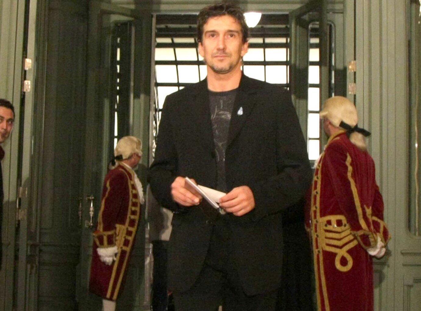 Gala de reapertura del Teatro Colón. Llegada al teatro de Julio Bocca.
