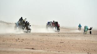 Des pick-up chargés de migrants quittent le nord du Niger pour rejoindre la Libye.