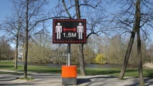 Pancarte à Amsterdam (Pays-Bas) indiquant une distanciation sociale minimale de 1,5 mètre entre les individus, afin d'éviter la pandémie de Covid-19.