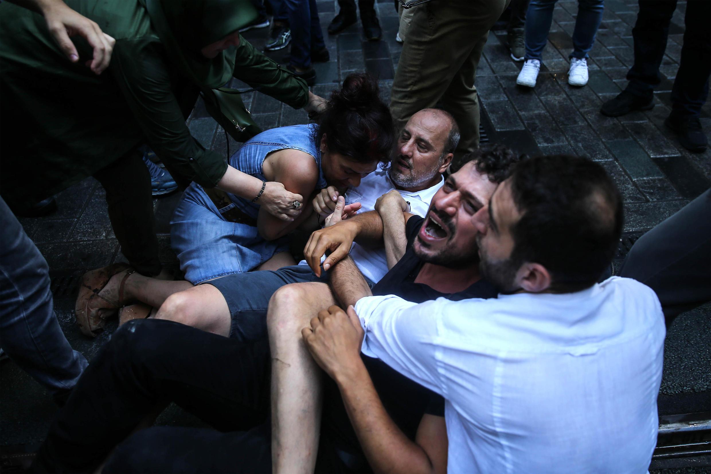 Arrestation de proches de disparus et du député du parti pro-kurde, Ahmet Sik, lors de la répression du 700ème rassemblement des «mères du samedi», le 25 août 2018.