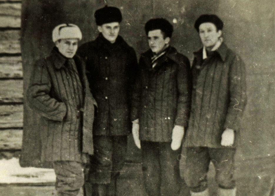 Antanas Seikalis, à esquerda, e seus companheiros de Gulag.