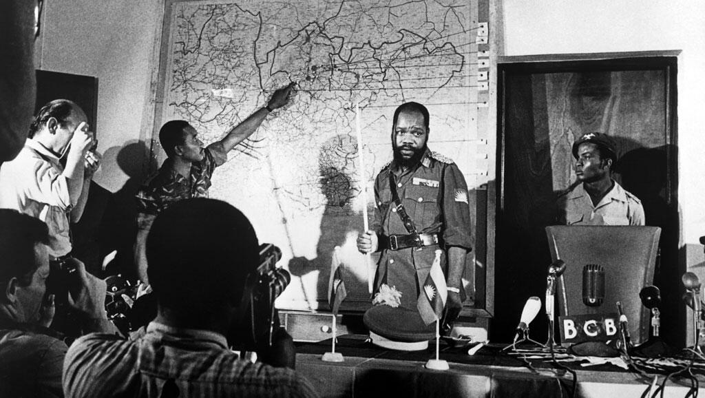 Hoton marigayi madugun 'yan tawayen Biafra Kanar  Odumegwu Emeka Ojukwua lokacin da yake jawabin ballewa daga Najeriya