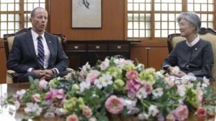 David Stilwell, trợ lý Ngoại trưởng đặc trách Đông Á và Thái Bình Dương trong buổi gặp ngoại trưởng Hàn Quốc Kang Kyung-wha (P), tại Seoul ngày 17/07/2019.