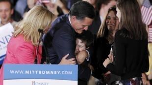 Mitt Romney celebra vitória em Massachussetts, estado que governou, ao lado da mulher e de familiares.
