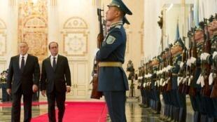 François Hollande amewasili leo Ijumaa Desemba 5 mwaka 2014 mapema asubuhi Kazakhstan ambapo ziara yake ichukua muda wa siku saa 48.