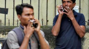 Watu wakivuta sigara nchini India. Sigara ni zao la tumbaku