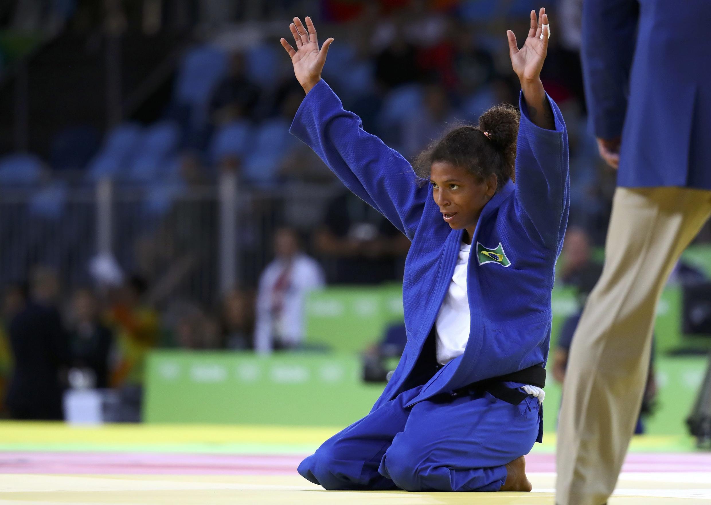 La judoca brasileña Rafaela Silva celebra su medalla de oro el 8 de agosto de 2016.