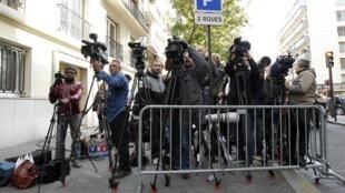 Jornalistas, cinegrafistas e fotógrafos esperam na entrada da clínica La Muette, em Paris.