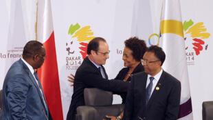 Le président François Hollande félicite Michaëlle Jean, après son élection à la tête de l'OIF.