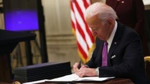 Joe Biden prenant ses premières décisions en tant que président des États-Unis le 21 janvier 2021.