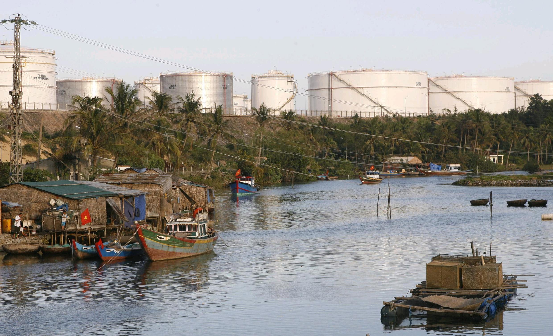 Tàu thuyền của ngư dân Quảng Ngãi neo đậu tại cảng Dung Quất.