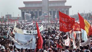 Hàng trăm ngàn người biểu tình trên quảng trường Thiên An Môn ngày 17/05/1989.