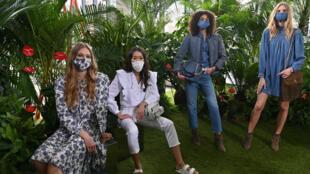 Modelos posan en una presentación de la colección de primavera de Rebecca Minkoff durante la Semana de la Moda de Nueva York (NYFW), el 16 de febrero de 2021. La marca es una de las únicas dos que hizo un desfile o presentación en vivo debido a la pandemia