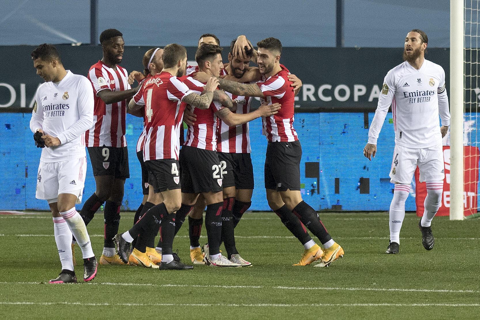 La joie des joueurs de l'Athletic Bilbao sur l'ouverture du score contre le Real Madrid par Raul Garcia en Supercoupe d'Espagne à Malaga, le 14 janvier 2021