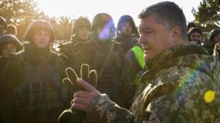 """Presidente da Ucrânia, Petro Poroshenko, conversa com militares durante visita ao 169º centro de treinamento """"Desna"""" das forças terrestres do exército ucraniano na região de Chernihiv, na Ucrânia. 28/11/18."""