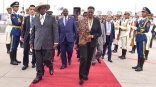 Rasi wa Uganda Yoweri Museveni na mkewe Janet Museveni wakiwasili nchini China kuhudhuria Mkutano wa Kiuchumi baina ya China na Afrika
