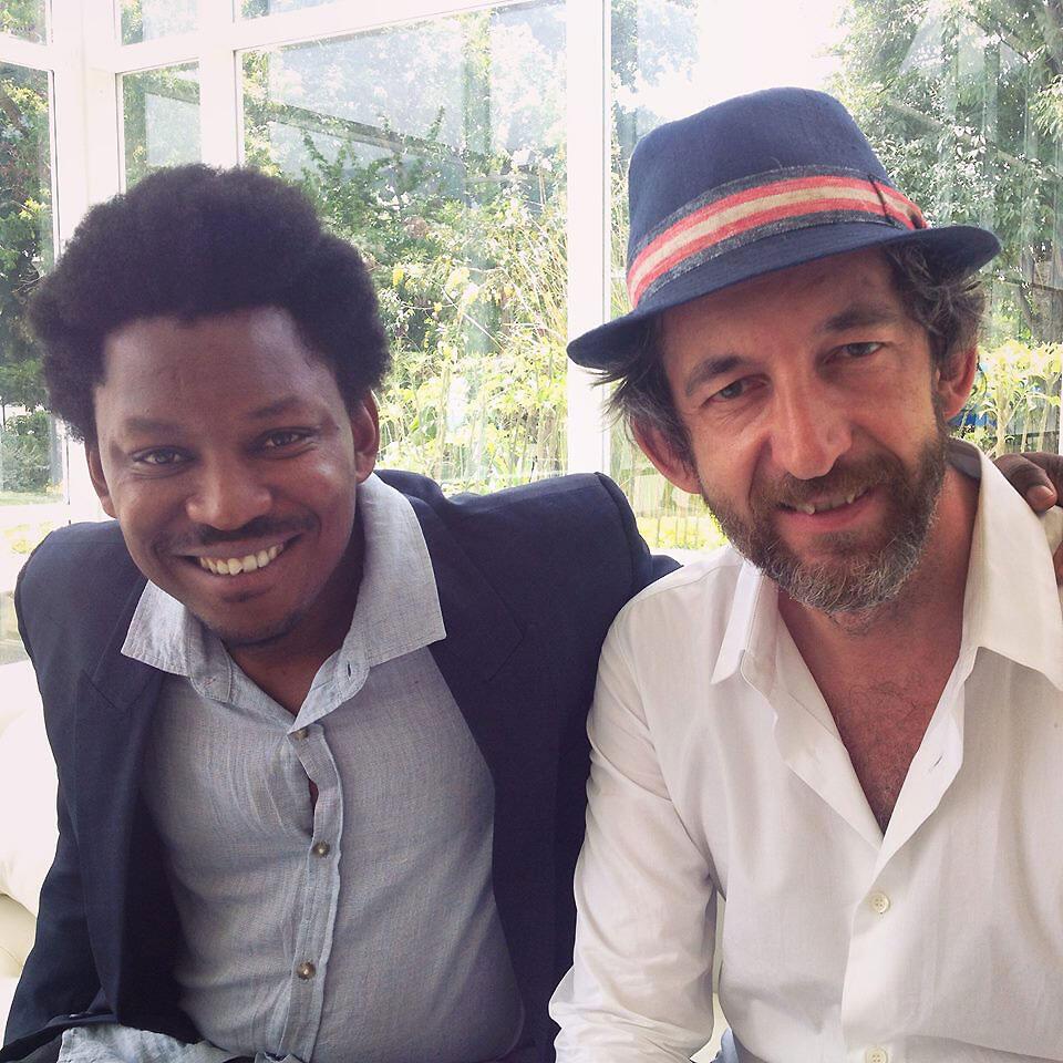 En costume, le poète haïtien, maître d'œuvre de la revue, James Noël et le chanteur français Arthur H.