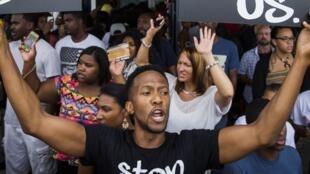Protestos em Ferguson contra a violência policial contra negros, em 17 de agosto de 2014.