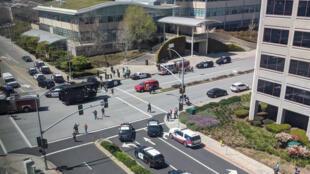 Carros de polícia em frente à sede do You Tube, na Califórnia