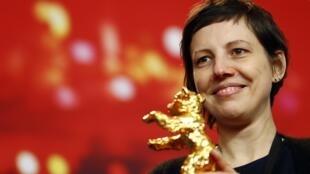 Đạo diễn Rumani Adina Pintilie nhận giải Gấu Vàng cho phim  «Touch me not», Berlin, ngày 24/02/2018.