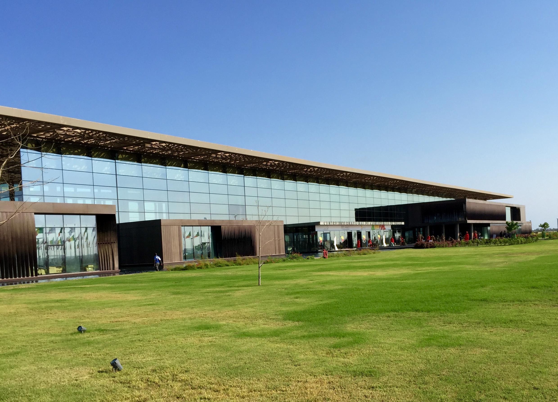 Facade du Centre international de conférence de Dakar qui se trouve à une trentaine de kilomètres de la capitale sénégalaise.