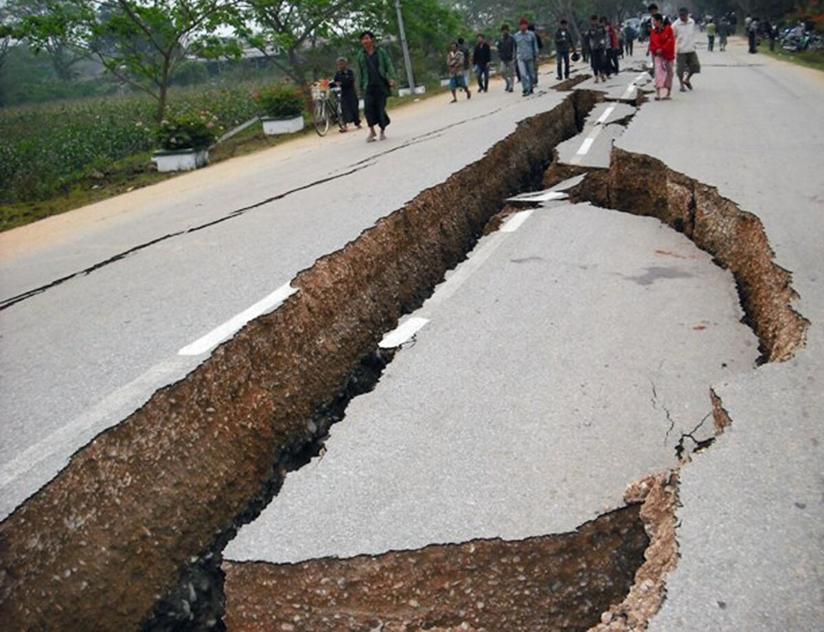 Estrada em Tarlay, na Tailândia, danificada pelo forte terremoto qua atingiu Mianmar.