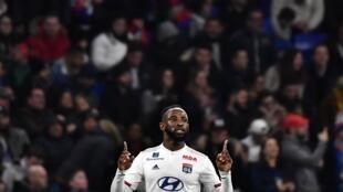 L'attaquant français de Lyon, Moussa Dembélé, célèbre son but lors du match de L1 contre Saint-Etienne, le 1er mars 2020 à Décines-Charpieu