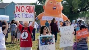 Rassemblement autour d'un ballon représentant Donald Trump en bébé pour exprimer leur opposition à la violence armée et à la visite du président américain à Dayton dans l'Ohio, le 7 août 2019.